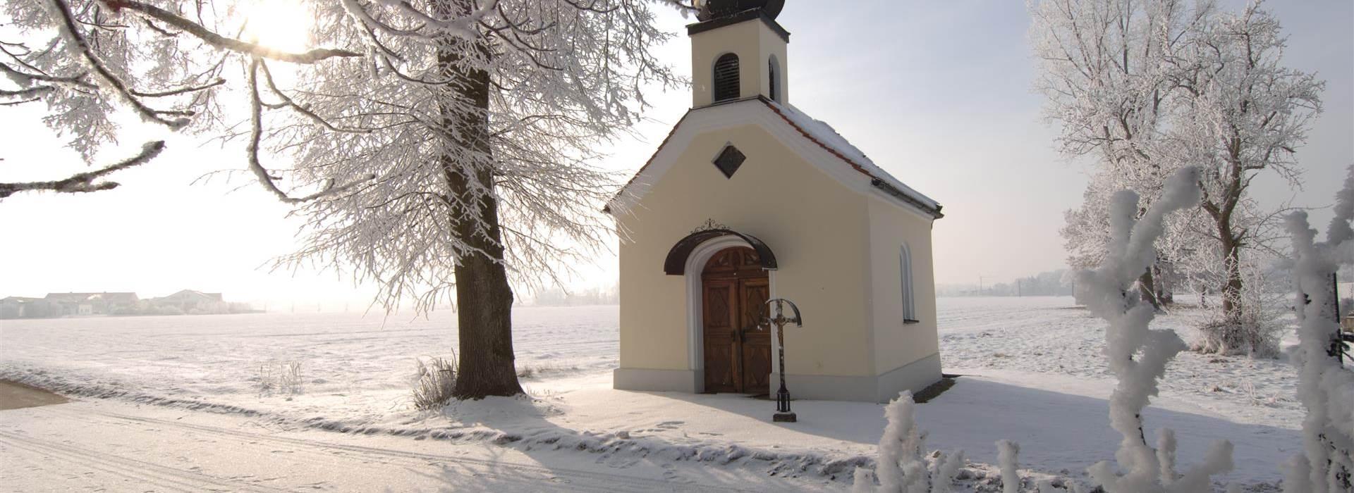 Winterliche Stimmung bei einer Kapelle