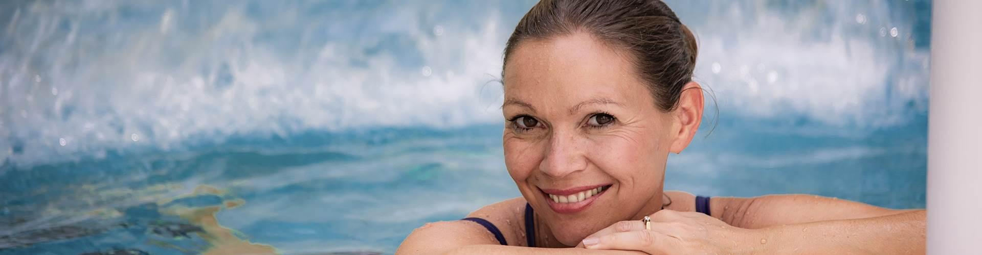Frau am Poolrand im Portrait
