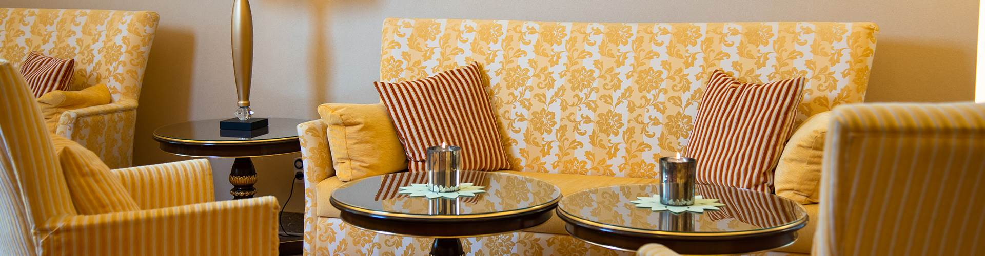 Elegante Sitzmöglichkeiten in einer Hotellobby