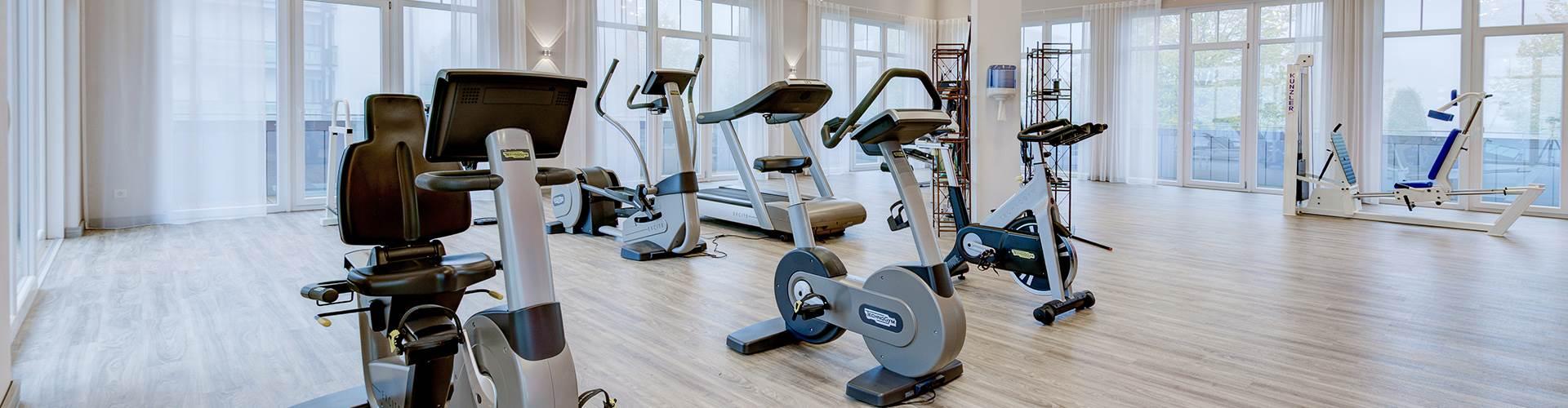 Moderne Fitnessgeräte in einem Hotelfitnessraum