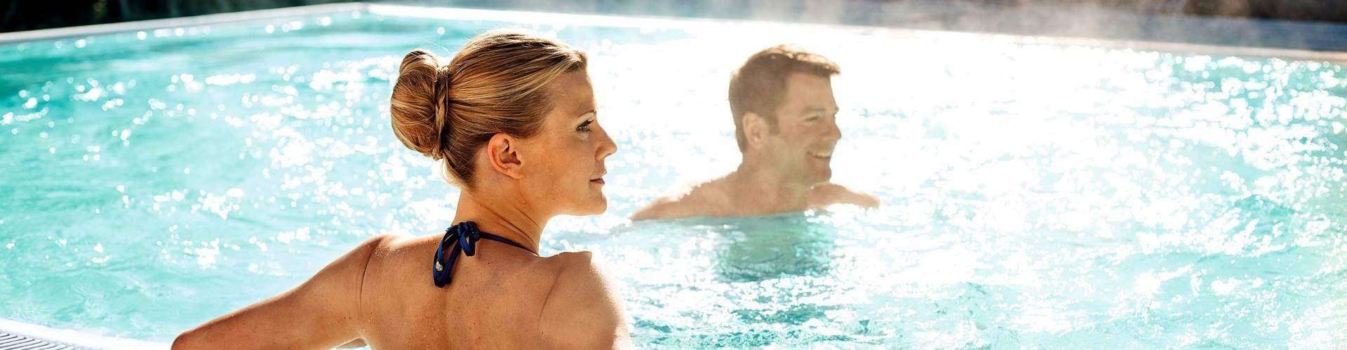 Paar in einem Thermalbad